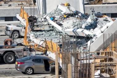 Un puente que cruzaba la autopista Miami Trade 'se desplomó' cuando realizaban ajustes necesarios para dejarlo operacional.