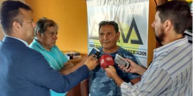 El padre de Ezequiel junto a periodistas capitalinos en momentos de relatar circunstancias del caso.