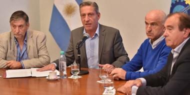 El gobernador junto a Mammarelli y el equipo económico anunció las medidas para reducir los gastos.