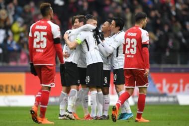 Eintracht Frankfurt derrota de local al Mainz 3-0 y continua entre los primeros lugares de la tabla.