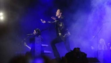 The Killers cerró con su fantástica máquina de hits una jornada acortada por una lluvia que nunca llegó.