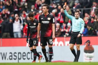 lario vio la roja en el clásico entre Bayer Leverkusen y Colonia. El ex River metió un codazo y el árbitro utilizó el VAR para expulsarlo.