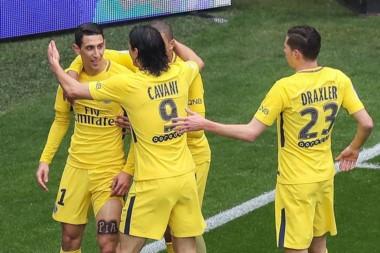 PSG lo dio vuelta y venció 2-1 a Niza con goles de Di María y Dani Alves en la fecha 30 para sumar su décima victoria al hilo en Francia.