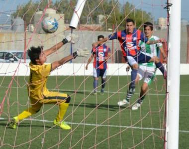 Damián Ruiz, con un derechazo potente en el área, señaló el quinto gol de USMA en Comodoro Rivadavia.