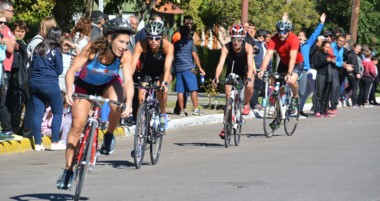Los atletas debieron recorrer 750 metros de natación, 20 kilómetros de ciclismo y 5 kilómetros a pie.