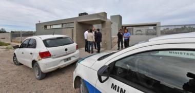 Policías y fiscales. Una postal del procedimiento en la casa de Cristian Eguillor, uno de los cinco operativos que se produjeron ayer en el Valle en busca de más evidencias del caso.