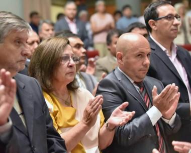 Aplauso. Los intendentes Maderna y Sastre al lado de Raquel Di Perna.