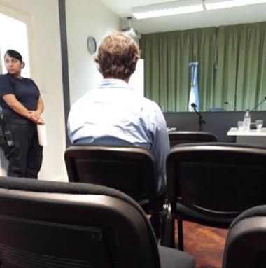 Espaldas. El joven imputado ayer en la audiencia de control en Rawson.