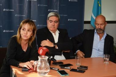 El procurador Miquelarena (centro), junto a los fiscales de Trelew Silvia Pereira y Omar Rodríguez. (Foto: Sergio Esparza / Jornada)