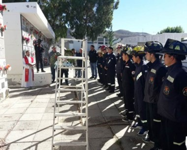 Bomberos y familiares rindieron homenaje al servidor público.