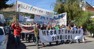 Banderas. La gente se movilizó por las calles de Esquel y hubo un gran acompañamiento de los gremios.