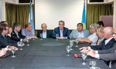 Encuentro con las operadoras, gremios y el intendente Linares.