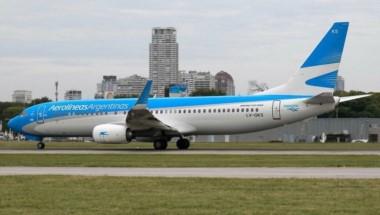 Aerolíneas Argentinas suspendió la venta de pasajes hasta el domingo y anunció que reprogramará todos sus vuelos desde ahora hasta Semana Santa.