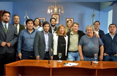 """Sonrisas. María Gómez en el centro de la foto y de remera, Carlos """"Cacho"""" Capoz, que se jubila en abril."""