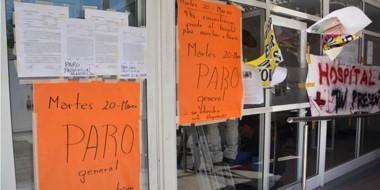 Queja. Algunos de los carteles y pancartas que aparecen colgados en el edificio del Hospital de Trelew.