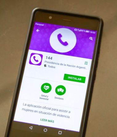 La aplicación para celulares 144, gratuita y confidencial, destinada a socorrer a mujeres que son víctimas de violencia de género.