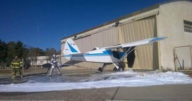 La aeronave rompió el acceso al hangar.