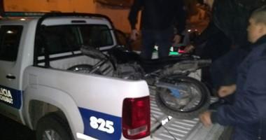 Operativo. Momentos en que la moto era secuestrada por personal de la Unidad Regional Trelew.