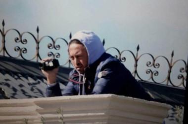 Espía frustrado. El hombre que filmó la marcha de estatales desde las alturas de la Casa de Gobierno.