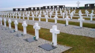 Histórica visita al cementerio de Darwin: familiares rindieron homenaje a los caídos en Malvinas.