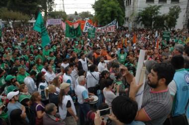Trabajadores del estado marchan esta mañana en Rawson (foto J. Aquino)