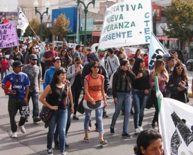 Manifestación. Los grupos hicieron ruido frente al Ministerio en reclamo de sus beneficios sociales.