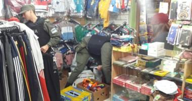 Momentos en que Gendarmería revisaba las instalaciones con una orden de la Justicia Federal.