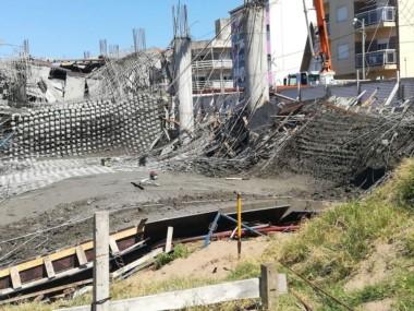 El derrumbe ocurrió en la avenida Constanera entre las calles 43 y 44 donde obreros trabajaban en la construcción del espacio Multicultural Santa Teresita.