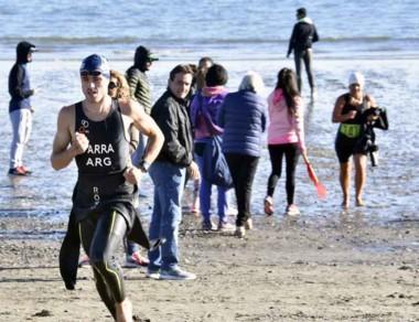 Facundo Parra saliendo del agua. El trelewense ya es el campeón.