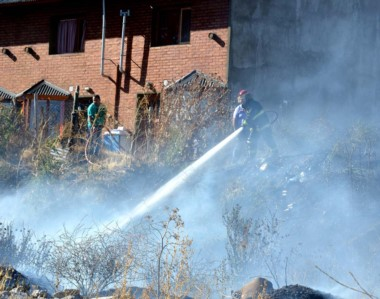 Agua. Los Bomberos Voluntarios trabajaron para sofocar las llamas en un ataque frontal.