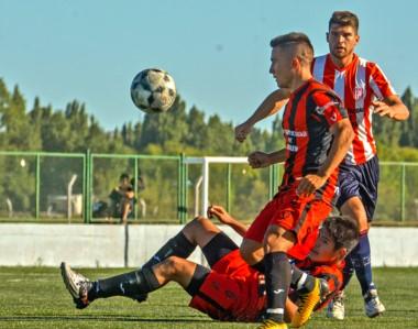 Gustavo Schischke puja con la posesión del balón con Matías Davies y  Ramiro Monteros.