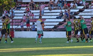 El emocionado festejo de lo jugadores del Aurinegro por el primer triunfo como visitante. (foto: Río Negro).