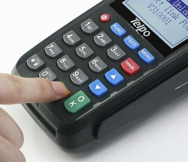 Los comercios tendrán que cobrar con débito o crédito: multas de hasta 30 mil pesos para quienes no cumplan.