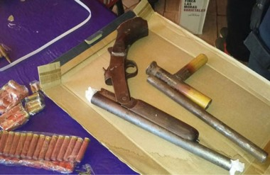 Armasde grueso calibre y de puño y municiones fueron hallados en el operativo policial en la Comarca.