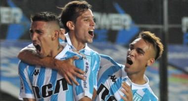 El festejo de los jugadores racinguistas. Racing lleva 5 victorias consecutivas ante Vélez.