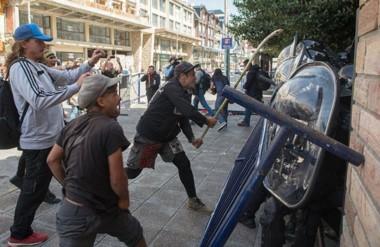 Palazos. Una postal de la reacción de los manifestantes luego de conocido el veredicto del juez Villanueva.