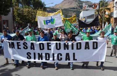 Bandera. En las calles de Esquel también los gremios estatales marcharon reclamando por las paritarias.