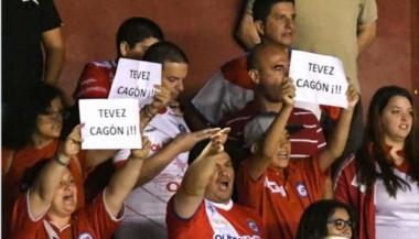 Se acordaron de Carlitos... En la previa del partido, los hinchas de Argentinos insultaron a Tevez, quien no estuvo presente en La Paternal.