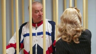 Sergei Skripal conversa con su abogada durante el juicio que afrontó en Moscú en el año 2006.