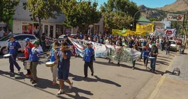 Banderas. El reclamo callejero en la cordillera de nuevo tuvo su impacto en el centro de la ciudad.