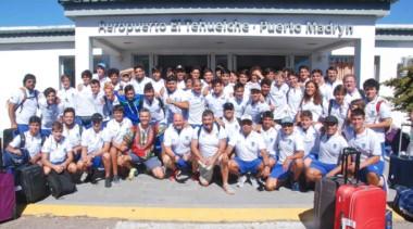 Recién llegada a la zona, en el aeropuerto de Puerto Madryn, la delegación completa del Trelew RC, con jugadores, cuerpo técnico y acompañantes, posó para las cámaras.
