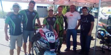 """El equipo ZP Racing en el """"Mar y Valle"""". Con ellos, Jorge Bucemo, delegado de la CAMOD Santa Cruz-Chubut."""