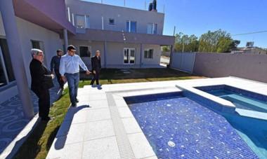 Pileta. El procurador Miquelarena, el jefe de la Unidad Anticorrupción, Rodríguez, y otros funcionarios revisan propiedades de Playa Unión.