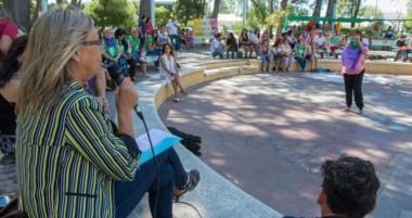 Dura. En plena plaza, la intendente capitalina brindó su discurso en el Día Internacional de la Mujer.
