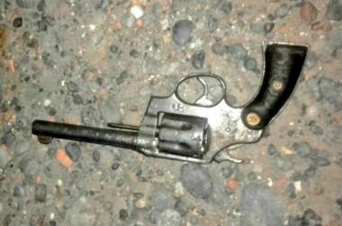 Evidencia. El arma que el sospechoso menor de edad llevaba en su cintura al momento de ser visto.