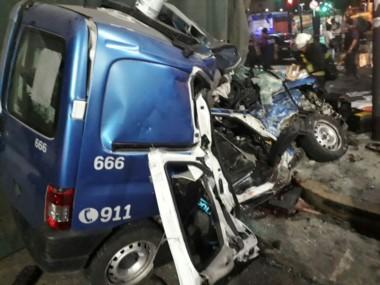 Los policías perseguían a ladrones y el patrullero en el que iban se estrelló contra un camión que repartía diarios.