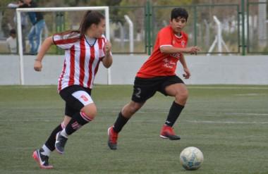 En la fecha inaugural, Racing  Club superó por 2-0 a Independiente en el Centro Deportivo Trelew.