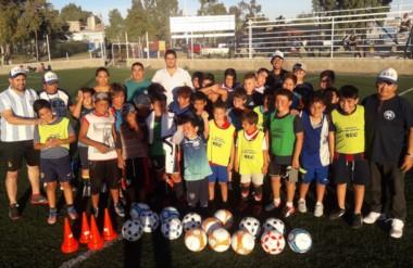 Un centenar de niños iniciaron la actividaden la escuelita de fútbol del Sindicato Empleados de Comercio.
