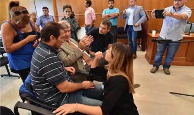 Cuarto intermedio. Sentado y de corbata, el penalista Fabián Gabalachis le explica a Correa la marcha de la audiencia, sin buen final para el grupo.