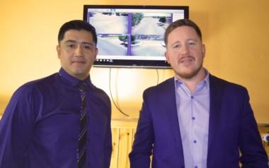 Dante Bowen (izq) se reunió con el nuevo jefe de la Comisaría de Dolavon, subcomisario Alejandro Carranza.